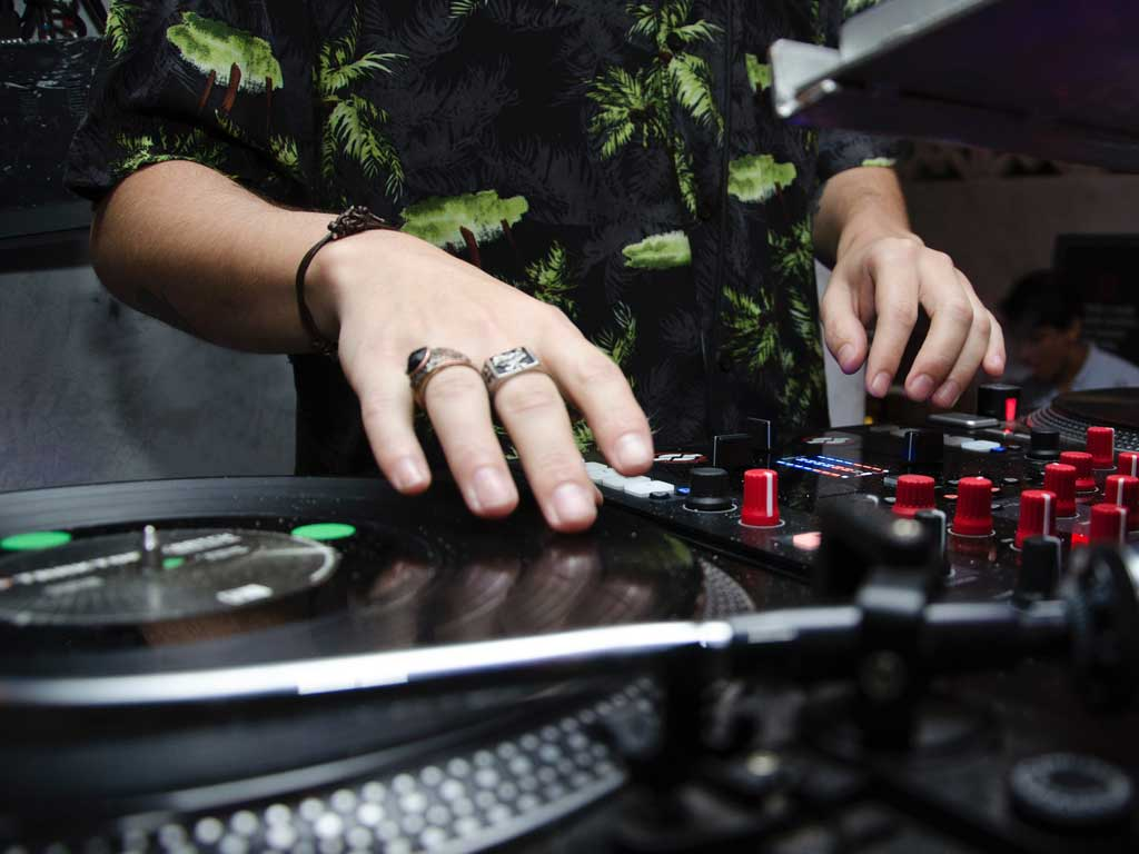 How-To-Pick-The-DJ-For-Your-Party